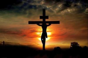 Cristo crucificado em contraluz com o sol por