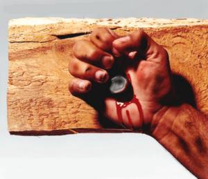 mãos-cravadas-na-cruz